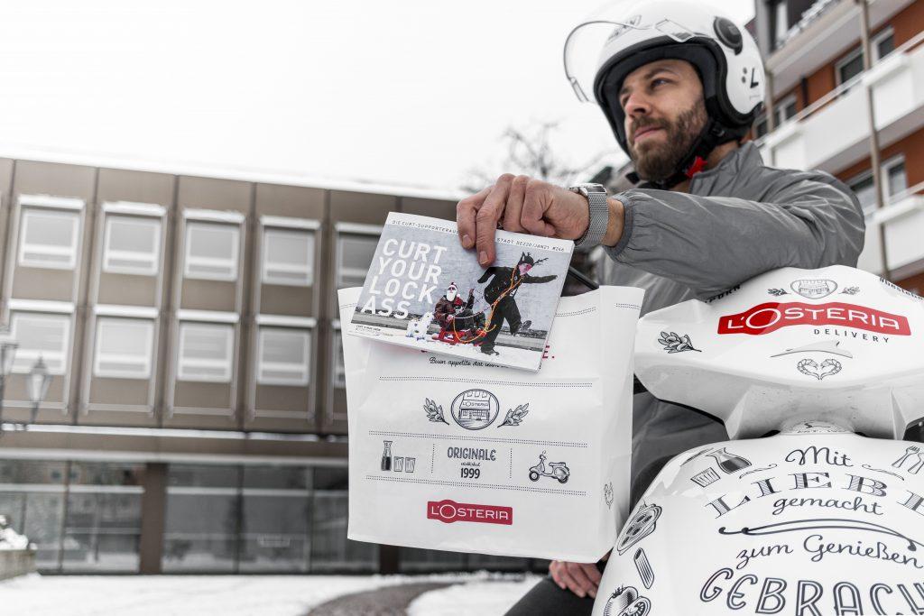 Delivery Boy mit dem curt Magazin.